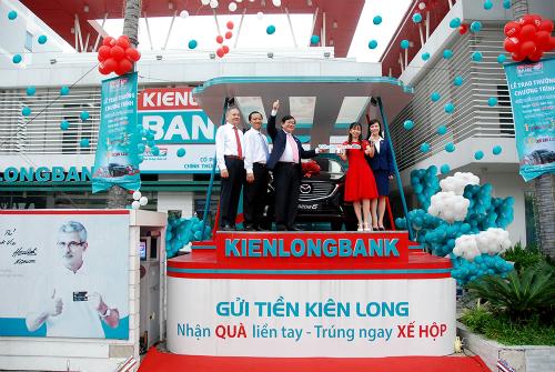 kienlongbank-trao-thuong-xe-mazda-cho-khach-hang-may-man