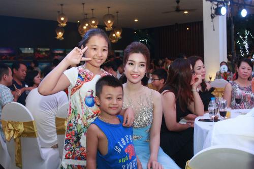 Khách hàng tham dự sự kiện Tropical Music Night chụp hình cùng Hoa hậu Đỗ Mỹ Linh.