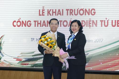 Ông Trương Đình Long  Phó Tổng Giám đốc OCB cùng PGS.TS. Phan Thị Bích Nguyệt - Phó hiệu trưởng UEH chính thức kích hoạt cổng thanh toán điện tử