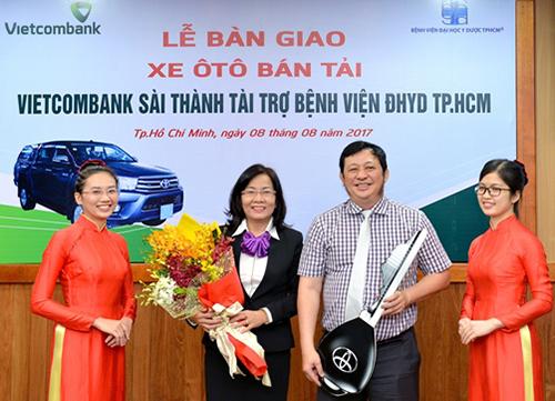 vietcombank-sai-thanh-tang-xe-cho-benh-vien-dai-hoc-y-duoc