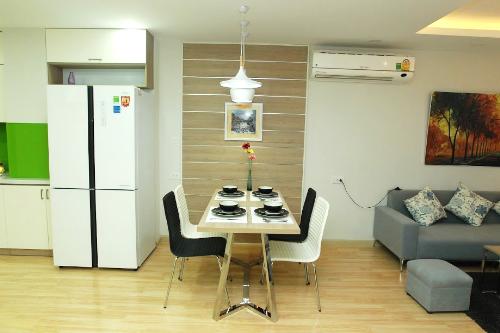 Trong căn hộ mẫu của Bidhomes the Garden Hill, chủ nhà di chuyển dễ dàng và thuận tiện, tiết kiệm thời gian chuẩn bị những bữa cơm ấm cúng cho cả gia đình.