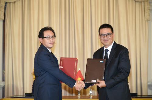 Tổng giám đốc PVN Nguyễn Vũ Trường Sơn và Chủ tịch kiêm Tổng giám đốc SCG Roongrote Rangsiyopash trao văn bản ký kết