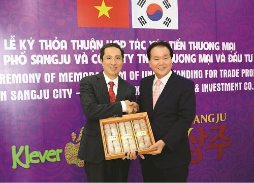 Ngài Lee Jung Baek  Thị trưởng thành phố Sangju và Ông Nguyễn Xuân Hải  Giám đốc hệ thống trái cây nhập khẩu Klever Fruits bắt tay chúc mừng thành công buổi lễ kí kết đưa Klever Fruits trở thành đơn vị chính thức độc quyền nhập khẩu, phân phối Hồng dẻo nổi tiếng Sangju, Hàn Quốc tại thị trường Việt Nam