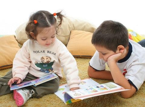 Trẻ học tiếng Anh qua truyện tranh tương tác.