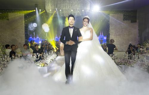 Nguyễn Phi Hùng và Trương Mỹ Nhân trong nghi thức cưới châu Âu.