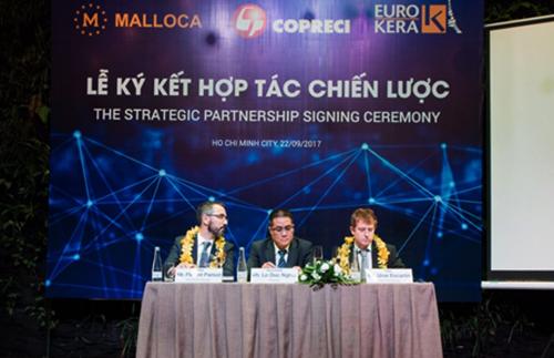 Ông Florent Parisot - Tổng giám đốc Eurokera khu vực châu Á, ông Lê Đức Nghĩa - Chủ tịch Hội đồng thành viên Malloca Việt Nam và ông Unai Escartin - Giám đốc Kinh doanh vùng Copreci, cùng ký kết hợp tác chiến lược. (chọn ảnh khác đẹp hơn, ko dính quay phim)