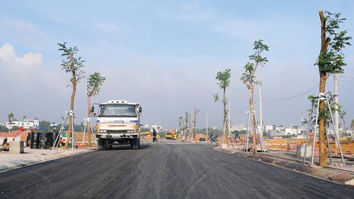 các tuyến đường chính của dự án đã bắt đầu trải nhựa, lát vỉa hè và trồng cây xanh. Hotline: 0988 12 12 12. Website: diaockimoanh.com.vn hoặc singacity.vn