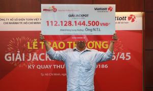 Khách hàng Đồng Nai cầm bảng che nửa mặt nhận hơn trăm tỷ Vietlott