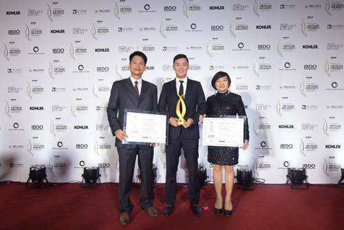 Ông Nguyễn Tấn Danh và Ông Phạm Trọng Hòa chụp hình với Đại diện Thảo Điền Investment