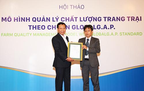 Ông Đặng Anh Tuấn - đại diện Control Union tại Việt Nam (phải) trao giấy chứng nhận GlobalG.A.P. cho ông Tôn Văn Tân - Tổng giám đốc Anova Farm.