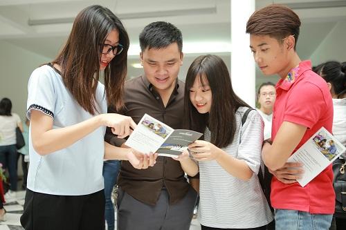 Sinh viên Đại học Bách Khoa Hà Nội tìm hiểu thông tin về hệ thống đào tạo đại học song hành.