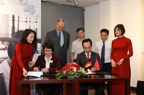 Lễ ký hợp tác giữa đại diện van Laack và đại diện Đại học Bách Khoa Hà Nội.