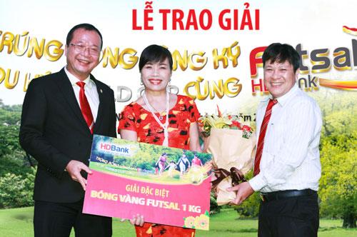 chị Đinh Thị Hoan - một khách hàng giao dịch tại HDBank Nha Trang đã trúng một quả bóng Futsal vàng SJC nặng một kg.