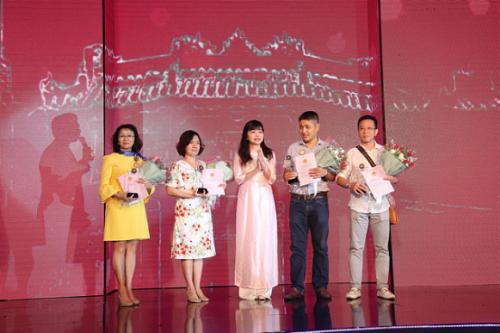 Đại diện Vingroup trao số đỏ và hoa tri ân cho khách sở hữu biệt thự Vinpearl Resort & Villas tại Đà Nẵng và Nha Trang, khẳng định cam kết và uy tín của chủ đầu tư.