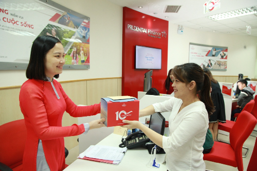 prudential-finance-viet-nam-tang-qua-khach-hang-moi-nhan-ky-niem-10-nam