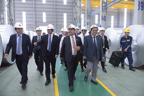 Các đại biểu tham quan nhà máy  Hoa Sen Nhơn Hội Bình Định.