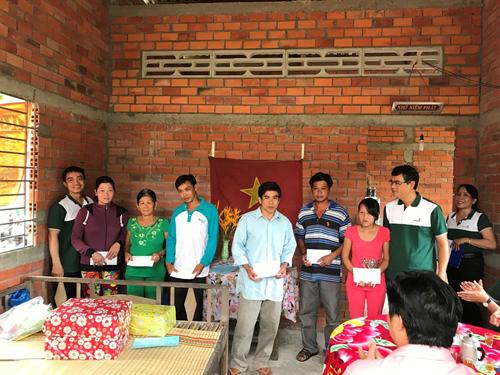 Đại diện Vietcombank tặng quà cho các hộ nhận nhà tình thương.