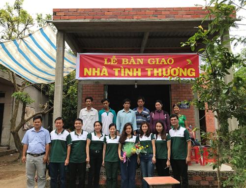 Các thành viên Vietcombank HCM và Lãnh đạo địa phương chụp hình cùng 06 hộ gia đình nhận Nhà tình thương