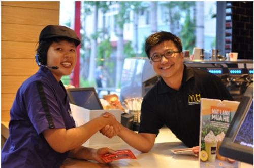 Ông Nguyễn Bảo Hoàng tham gia chương trình Tri ân nhân viên, thăm hỏi, cảm ơn nhân viên tại nhà hàng McDonalds