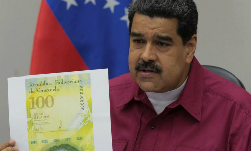 dan-venezuela-mang-tien-bot-nang-hon-nho-to-100000-bolivar