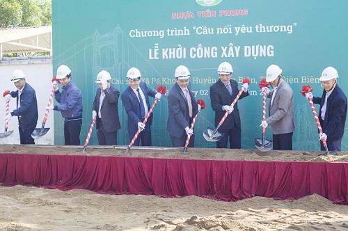 Lễ khởi công xây dựng cầu.