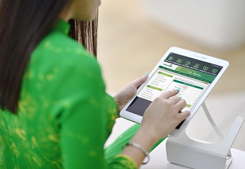 Trong quá trình sử dụng dịch vụ, nếu cần thêm thông tin hoặc cần hỗ trợ, Quý khách vui lòng liên hệ với các điểm giao dịch bất kỳ của Vietcombank hoặc Trung tâm Dịch vụ khách hàng Vietcombank theo hotline 24/7: 1900545413.