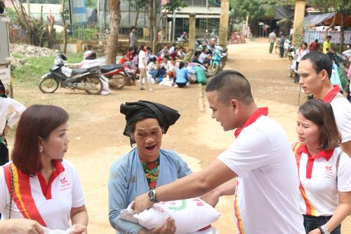 Ông Dương Ngọc Thạch - Tổng giám đốc Công ty Tâm Hiếu trao vật phẩm hỗ trợ cho bà con.