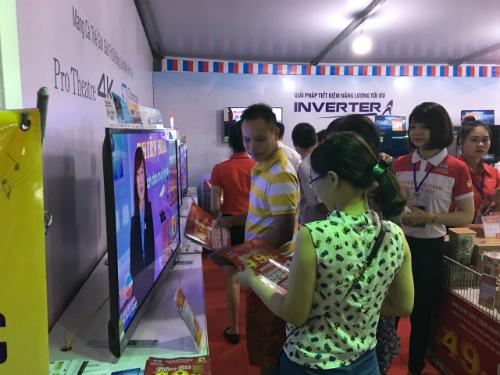 Đông đảo khách hàng mua sắm tại điện máy Thiên Hòa.