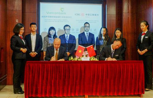 Ông Đặng Việt Hùng Giám đốc Vietcombank Lào Cai (hàng đầu bên trái) cùng lãnh đạo ICBC ký kết thỏa thuận hợp tác