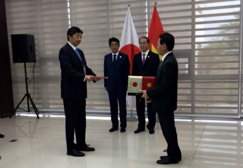 Lãnh đạo Petrovietnam và Công ty Mitsui trao đổi Thỏa thuận hợp tác dưới sự chứng kiến của Chủ tịch nước Trần Đại Quang và Thủ tướng Shinzo Abe.