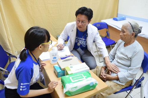 . Bác sĩ thuộc tổ chức KFHI phối hợp cùng tình nguyện viên Hyosung khám bệnh cho người dân