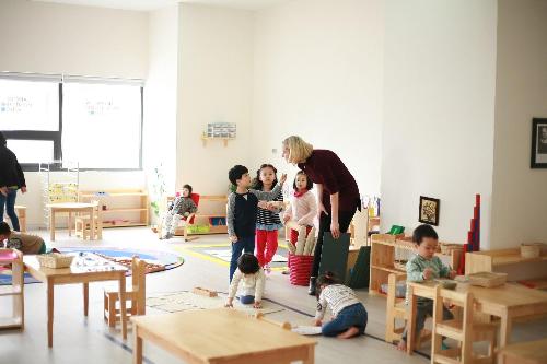 Ngoài ra, TNR GoldSilk Complex được đầu tư xây dựng hệ thống năm trường học nội khu chất lượng cao phục vụ cho cư dân. Trong đó, trường mầm non quốc tế Amis có cơ sở vật chất hiện đại, đội ngũ giáo viên nước ngoài được tuyển chọn kỹ lưỡng. Điện thoại liên hệ: 0966 001 001, 0912 38 38 90