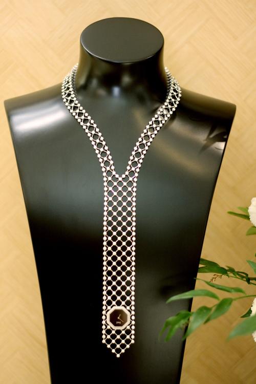 Chuỗi dây chuyền vàng trắng 18k phiên bản giới hạn có thiết kế dạng lưới mắt được đính bởi 404 viên kim cương tròn (31.32ct) cũng là sản phẩm đặc biệt trong bộ sưu tập này.Các nhà thiết kế củaPiaget khéo léo đưa vào tác phẩm sự phóng khoáng, sang trọng qua khả năng chế tác những mắt xíchsiêu mỏng.Phiên bản này có giá khoảng 350.000 USD.