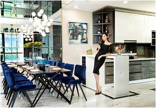 Hoa hậu Ngọc Duyên trong không gian ấm áp của căn hộ mẫu Sunshine City. Hotline:1800.6559. Website: http://city.sunshinegroup.vn/