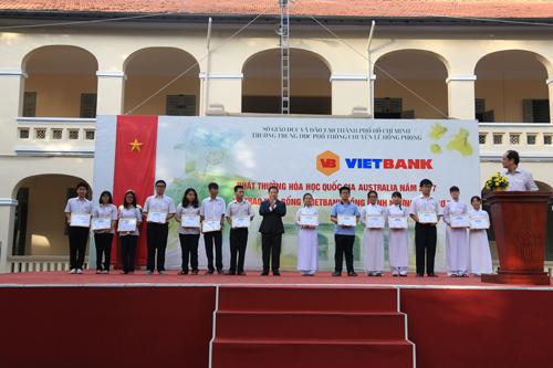 Đại diện Vietbank trao học bổng cho sinh viên.