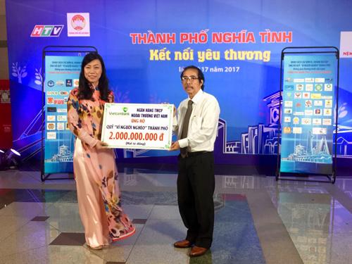 Bà Triệu Lệ Khánh  Phó Chủ tịch Ủy ban Mặt trận Tổ quốc Việt Nam Tp.HCM đại diện chương trình nhận số tiền ủng hộ từ ông Đào Hảo  Phó Tổng Giám đốc Vietcombank
