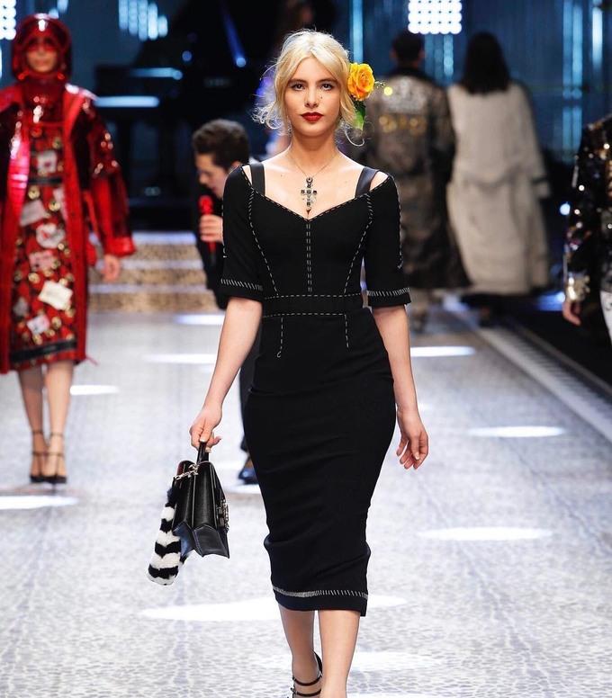<p> Cùng thời gian đó, cô chính thức sải bước trên sàn diễn củaDolce and Gabbana trong bộ sưu tập mùa thu 2017 tại Milan.</p>