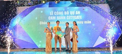 Giải thưởng giá trị nhất của chương trình là một lượng vàng SJC đã được trao cho khách hàng may mắn nhất.