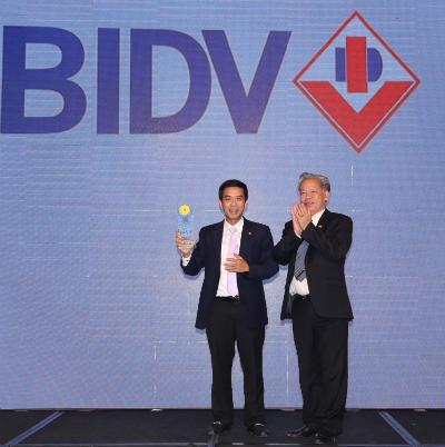 Ông Trương Hồng Quân - Phó Giám đốc Ban Phát triển Ngân hàng Bán lẻ - Ngân hàng TMCP Đầu tư & Phát triển Việt Nam (BIDV) nhận giải thưởng Sản phẩm Dịch vụ Sáng tạo độc đáo năm 2017 (BIDV SmartBanking)