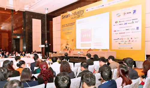 Ông Phạm Mạnh Thắng  Phó Tổng giám đốc Vietcombank trình bày tham luận Nâng cao sự hài lòng của khách hàng với các trải nghiệm số hóa trên thiết bị di động trong khuôn khổ Hội thảo chuyên đề Thúc đẩy phát triển thương mại và dịch vụ trong kỷ nguyên số