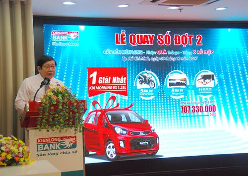 Ông Võ Văn Châu. Tổng giám đốc Kienlongbank phát biểu tại lễ quay số. Chi tiết liên hệ hotline 19006929, website.