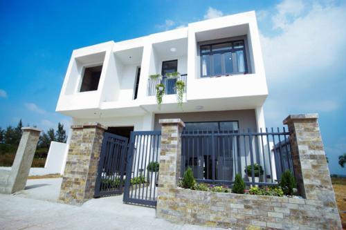 Nhà phố Viva Houses được thiết kế hiện đại thông thoáng với sân vườn trước và sau nhà.