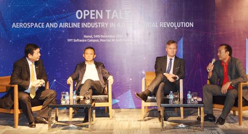 Ông Dương Trí Thành  Tổng giám đốc Vietnam Airlines và ông Tô Việt Thắng  Phó Tổng giám đốc Vietjet sôi nổi trình bày về đề tài cách mạng công nghệ 4.0