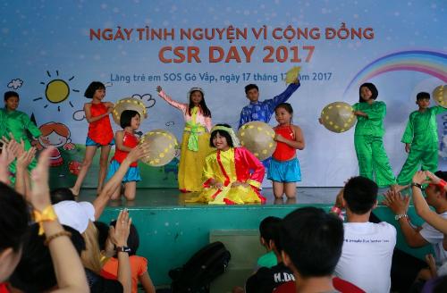 Tập thểnhà phân phối và nhân viên công ty cũngquyên góp số tiền 11 triệu đồng ngay trong Ngày tình nguyện vì cộng đồng - CSR Day 2017.