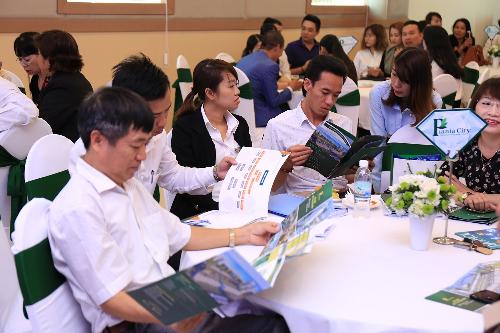 Các nhà đầu tư tham gia sự kiện giới thiệu tiểu khu Royal Park tại TP Nha Trang.