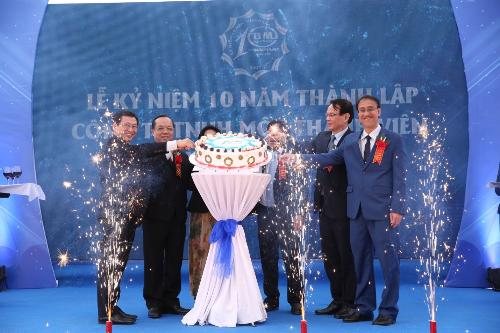 Nghi lễ cắt bánh sinh nhật kỷ niệm 10 năm của Công Ty Nhựa Bình Minh miền Bắc.