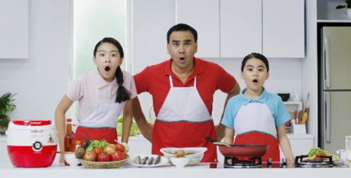 MC Quyền Linh và hai cô con gái với biểu cảm khó đỡ trong MV .