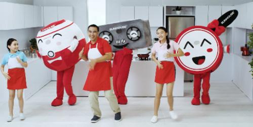 Cả nhà cùng nhảy điệu đánh thức căn bếp với các vật dụng chảo - bếp - nồi cơm điện.