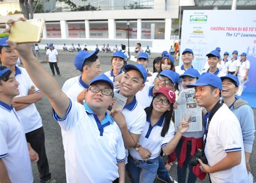 chương trình đi bộ từ thiện Lawrence S. Ting thu hút nhiều bạn trẻ.