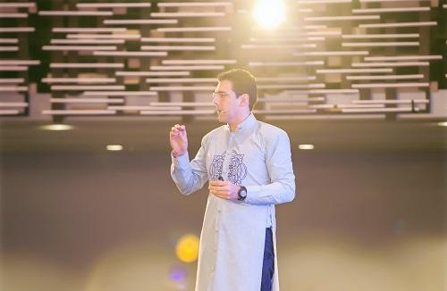 Chuyên gia huấn luyện Emilio Gonzalez chia sẻ các quy tắc quản trị doanh nghiệp gia đình tại khóa huấn luyện. Ảnh: ActionCOACH
